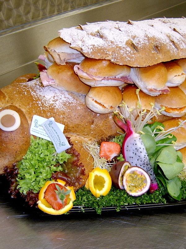 BELEGDE SANDWICHES IN FANTASIE BROOD € 55.00